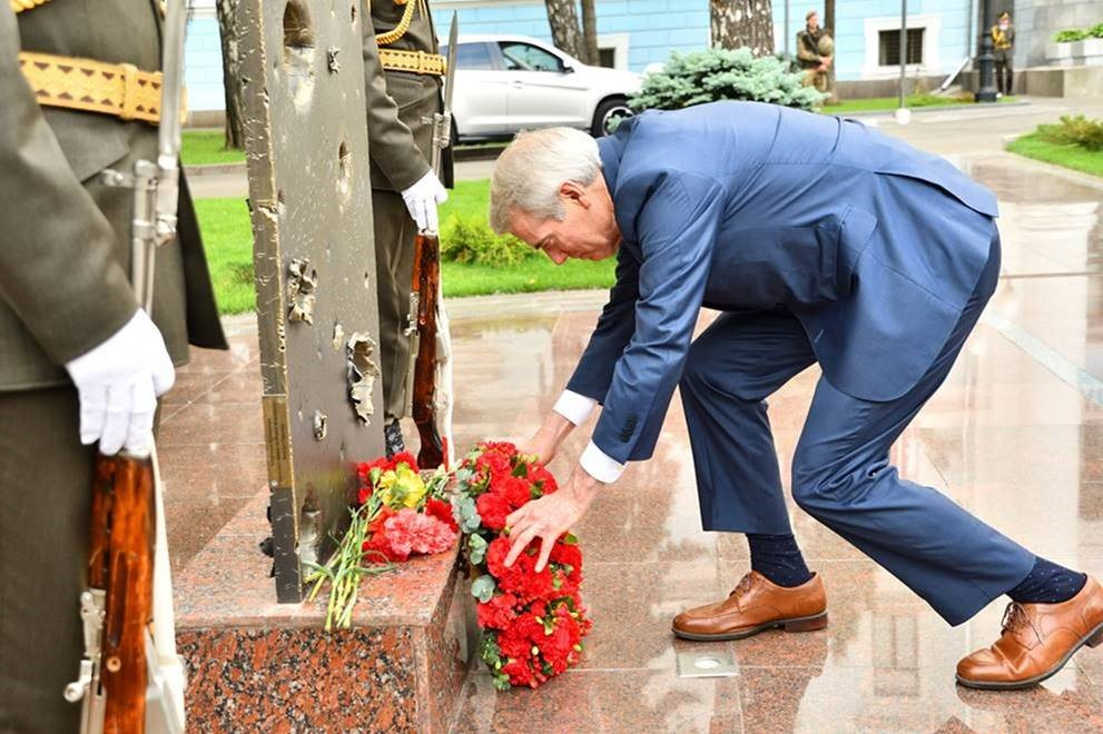 Portman lays wreath at Ukraine Memorial